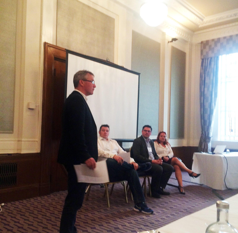 Eine Gruppe Präsentatoren bei einem Londoner Microsampling-Workshop.
